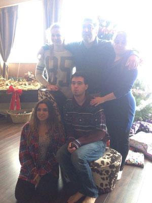 Familienfoto vor dem Baum - Teresa mit ihren Gasteltern und ihren Geschwistern Chantal und Devin
