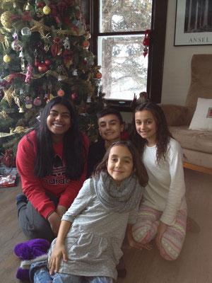 Nithusha zu Weihnachten mit ihrer Gastfamilie vor dem kunstvoll geschmückten Baum