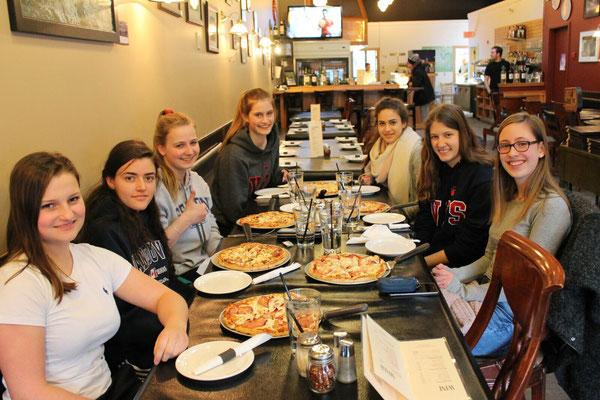 Lecker! Gemeinsames Pizza-Essen mit Freundinnen