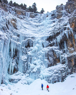 Ein gefrorener Wasserfall im Waterton Nationalpark © Katie Goldie @goldiehawn_