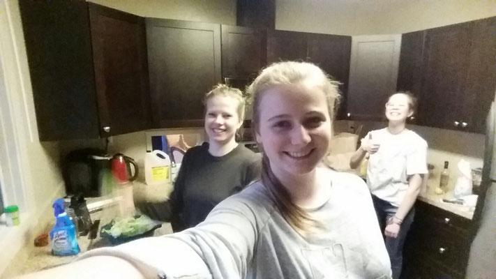 Teresa und ihre Freundinnen kochen Käsespätzle für ihre Gastfamilie.