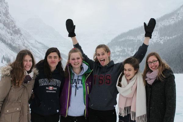 Auf dem zugefrorenen See machen die Freundinnen viele Erinnerungsbilder.