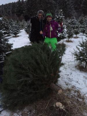 Geschafft! Teresa und ihr Gastvater haben den Baum mit vereinten Kräften gefällt