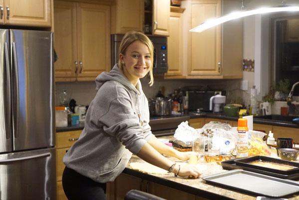 Voller Einsatz für leckere Plätzchen - und es hat sich gelohnt, die Gastfamilie ist begeistert