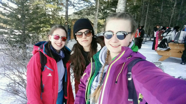 Gemeinsam mit ihren Freundinnen erlebt Teresa Kanadas wunderschöne Winterwelt