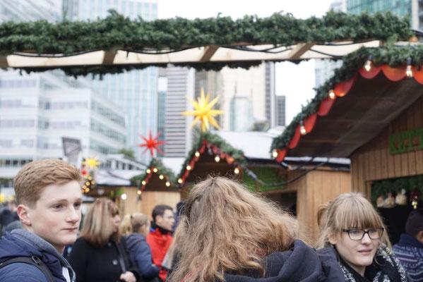 Der Weihnachtsmarkt vor der imposanten Kulisse der Stadt Vancouver