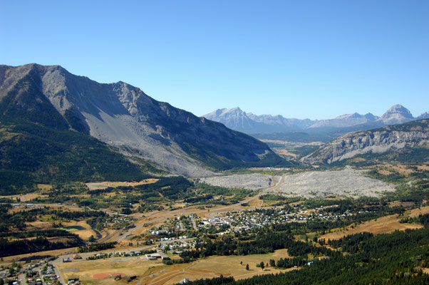 Crowsnest Pass - rund 30 Minuten von Lundbreck entfernt © Frank Slide Interpretive Centre