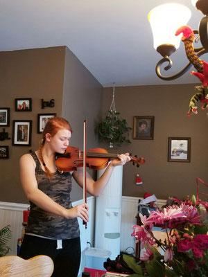Die 16-jährige Johanna spielt Geige - gerne auch für ihre Gastmutter