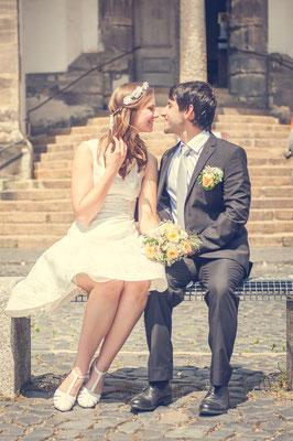 Bunte Hochzeit vor der Peterskirche in Görlitz Brautpärchen