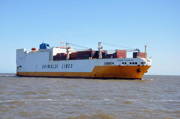 Unser Transportschiff fährt endlich ein