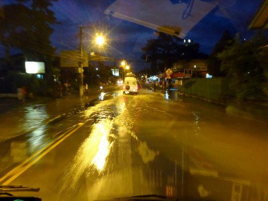 Schon erste kleine Überschwemmungen müssen wir beim verlassen durchfahren...