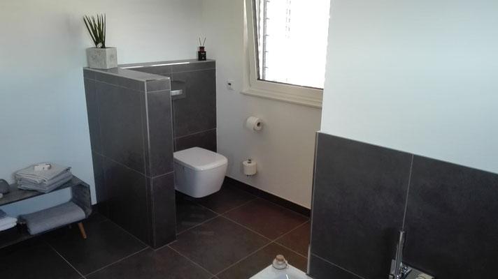 Badezimmer mit 60x60 cm Fliesen an Boden und Wand veredelt mit ...