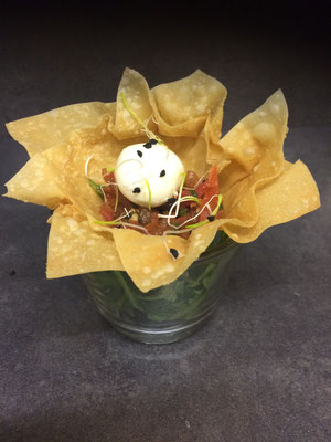 Mozzarellabällchen auf Tomatenragout im Knusperkörbchen