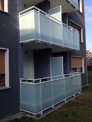 Balkonsanierung Komplettsanierung einer Wohnanlage mit 40 Balkonen einschl. Abdichtung, Betonsanierung, Betonwerkstein, Rinnen, Geländer mit Glasfüllung ESG