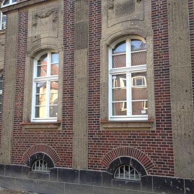 Ziegelfassade mit Muschelkalkelementen nach der Restaurierung in Duisburg