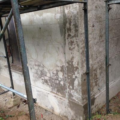Durchfeuchtetes versalzenes Mauerwerk an einem denkmalgeschützten Objekt in Duisburg Bare