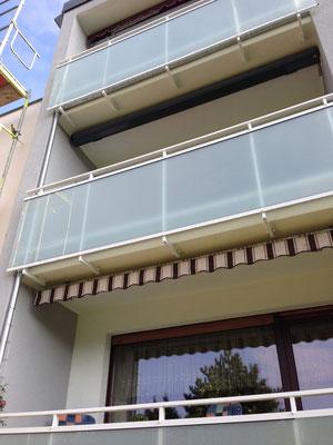 Pulverbeschichtete Geländer zusätzlich feuerverzinkt mit Brüstung aus Glas