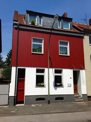 Fassadenumgestaltung in Homberg aus Holz und Putz , Sockel aus Naturstein