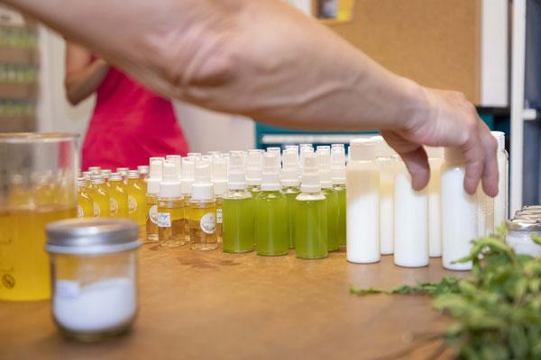 """Langsam sammeln sich die fertigen Hautpflegeprodukte; Projekt """"Kärntner Landschönheit""""; Schmöe"""