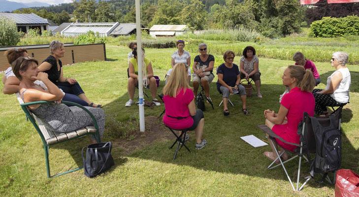 """Einführende Besprechung im Klostergarten; Projekt """"Kärntner Landschönheit""""; Schmöe"""