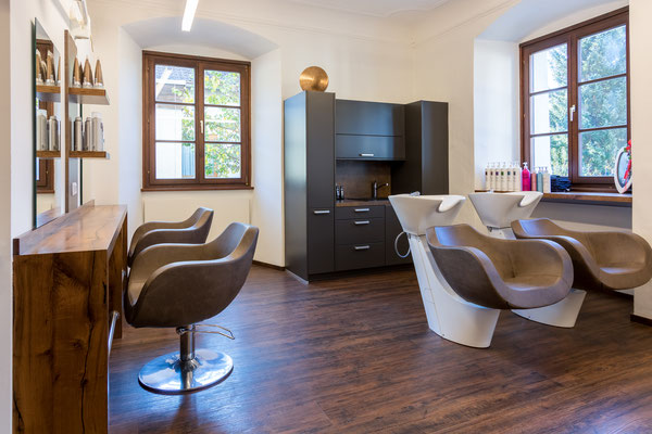 Die moderne und hochwertige Einrichtung des Frisuren-Ateliers Sandra Ramsbacher sowie die familiäre Atmosphäre laden zum Wohlfühlen ein.