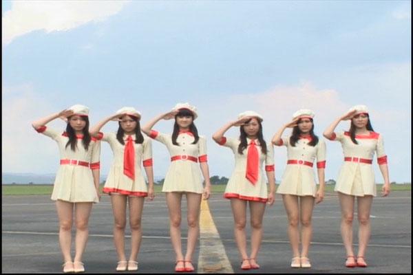 Sie lächelt nicht!!! (Ich LIEBE diese Stewardessen Uniformen <3 )