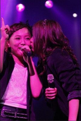 "sooo süüüß - mitten in der ""Saa koi! Happiness!"" Performance küßt Yurika, Aina"