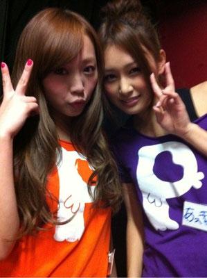beide in ihren T-Shirts mit Bandfarben+Namen