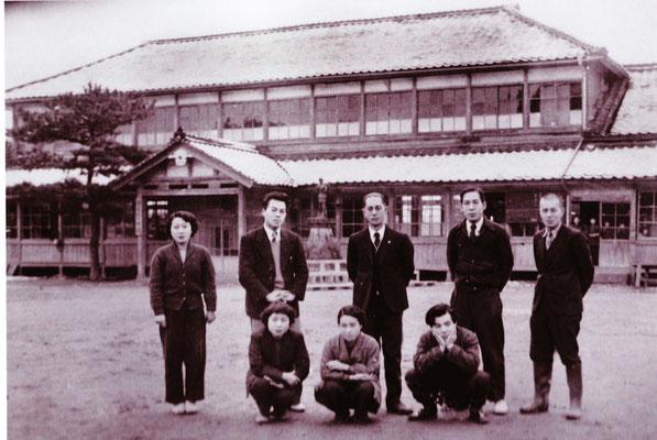 昭和26年の龍王小学校の校舎の前で教職員らが記念撮影です。安心院町の昭和の市町村合併をする前は、龍王村と安心院町に分かれていました。龍王村は、安心院盆地の南西部と深見地区の西側の地区です。