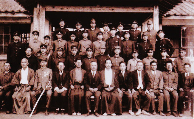 神職養成学校として、林正木館長が資材をなげうって創設した学校です。当時の神職養成学校は全国に伊勢の神宮皇學館、東京の國學院とlここ騰宮学館の三校しかなく、北は北海道・南は九州・沖縄、更に韓国からも学びに来ていました。ここでは教職員の免状も習得でき、教師となった方も多くいます。名前の由来は、神武天皇の東征の折、ここで兎狭彦が歓待した謂れを持つ「足一騰宮(あしひとつあがりのみや)」から採られています。写真は、昭和17年の卒業記念写真です。