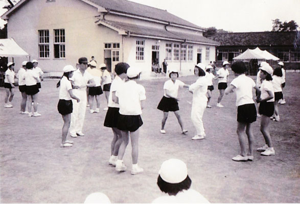 講堂(武道場)の前でフォークダンスを行う中学生。この講堂は、中学生が現在の位置に移されたとき、そのままの姿で移築されました。30代くらいまでの人なら覚えている人も多いのでは??