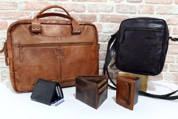 ... und für die Männers (vlnr): Laptoptasche Leonardo - 190 € Umhängetasche - 95 € Kartenportemonnaie (RFID) schwarz - 35 € Portemonnaie - 30 € Kartenportemonnaie (RFID) cognac - 35 €