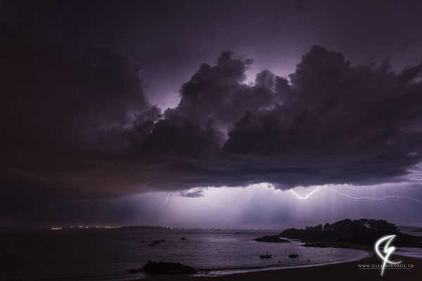 Jeune cellule s'évacuant par le nord laissant apparaître son alimentation (cumulus au premier plan) ainsi qu'un internuageux. Situation entre entre St-Brieuc et St-Malo