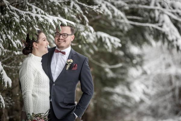 Hochzeitsfotograf, Hochzeitsfotografie, Couple, Paar, Brautkleid, Anzug, Schick, Wald, Schnee, Winter, Waldrand, Lachen, Spaß, Shooting
