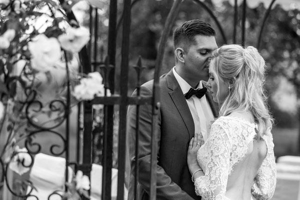 Hichzeit, Brautpaar, braut, bräutigam, shooting, profi, fotograf, rosen, küssen, vertraut, liebe, zuflucht, sicherheit