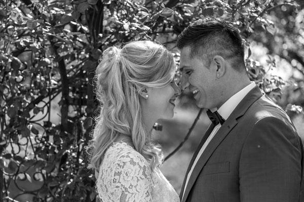 Hochzeit, wedding, Schwarzweiß, schwarz, weiß, Paar, Braut, Bräutigam, küssen, liebe, in love, innig, Rosen, draußen, outdoor