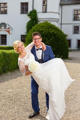 Hochzeitsshooting, Hochzeitstag, brautpaar, schloss, tragen, braut, spaß, lachen, freude