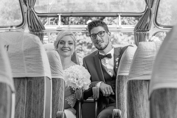 Hochzeit, wedding, paar, lachen, fröhlich, Bus, sitze, Auto, Braut, Bräutigam, couple, glücklich, Shooting, schwarz weiß, schwarzweiß, schwarz, weiß