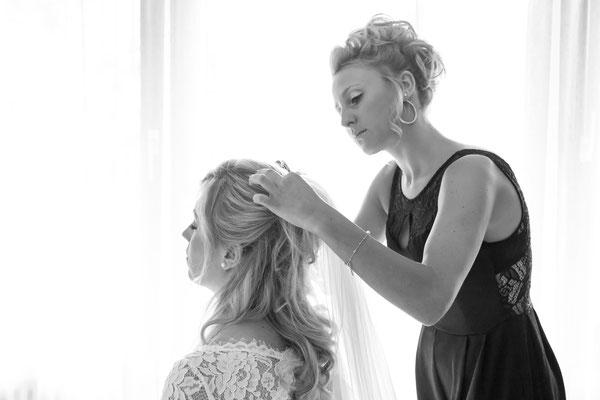 Hochzeit, Braut, getting ready, haare, Frisur, schleppe, weiß, hell, schwarzweiß, vorbereiten, wedding, Freundin, kleid, Hochzeitskleid, Brautkleid