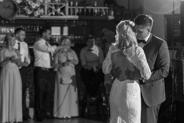 Hochzeitsfoto, Hochzeit, Tanzen, Hochzeitstanz, Party, feiern, Gäste, Brautkleid, Brauttanz, liebe, Blitz, Fotograf