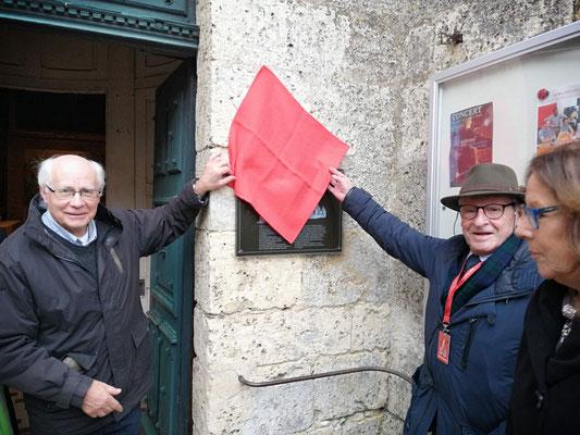 """Dévoilement de la plaque par le Père Jacques Roger et Michel Tillie, """"Pt du réseau """" Eglises ouvertes"""" Nord de France"""