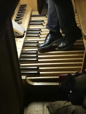 Père Stéphane Cailliaux à l'orgue de la Basilique Notre Dame d'Alençon