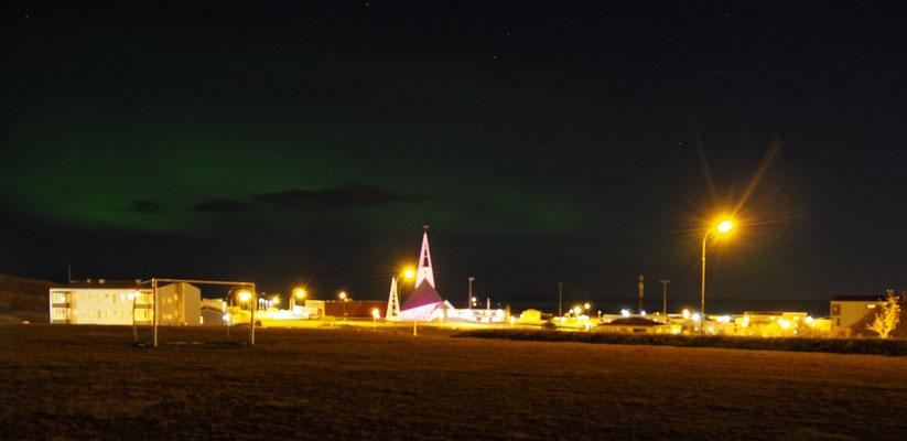 een zwak Noorderlicht boven Olafsvik