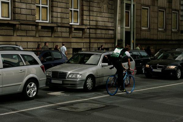 Fahrradkurier Turbo im Verkehr in der Frankfurter Innenstadt