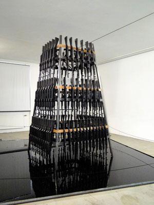 Turm aus original Kalaschnikows von Valie Export - ein Mahnmal gegen den Krieg