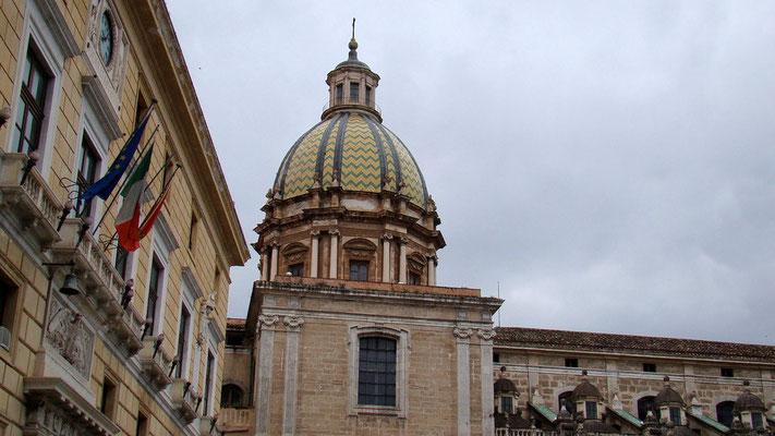 links das Rathaus_hinten die Kuppel von San Giovanni dei Tatini