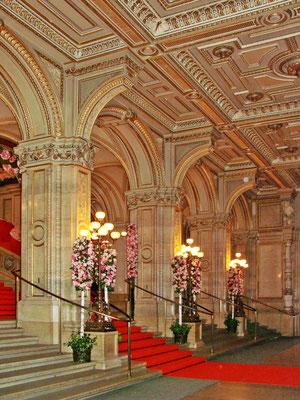 das Foyer an einem Opernballtag