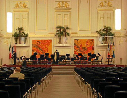 großer Redoutensaal 680 m² - die eleganten Ballsäle Maria Theresias wurden 1992 nach einem Brand großzügig renoviert und modernisiert, Geschichte und Gegenwart geben einander die Hand