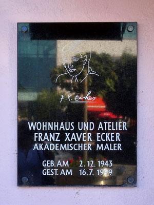 am ehem Kauf- und Wohnhaus Ecker die Gedenktafel an den Künstler Ecker