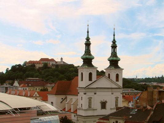 Blick vom Turm des alten Rathauses, vorne die Kirche Mariä Himmelfahrt